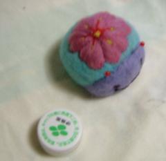羊毛フェルト・花を背負ったテントウ虫 3