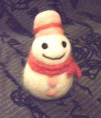 ゆきだるま(ピンクの帽子、赤マフラーフリンジ)