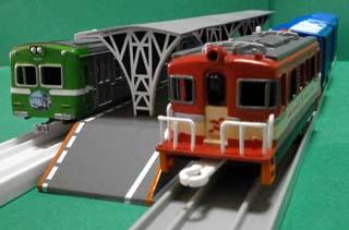 8000系と貨物列車1