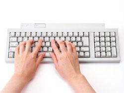 パソコンをたたく手