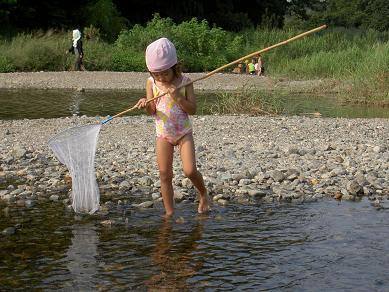長女 網で石をすくう