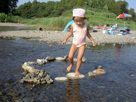 長女 ミニため池で遊ぶ