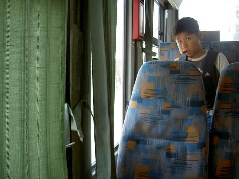行きのバス内