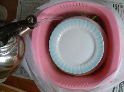 わらびのあく抜き・熱いお湯を注いだところ 2