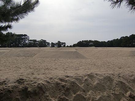 一見何か分からない砂の造形物