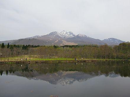 妙高山の美しい姿を映すいもり池