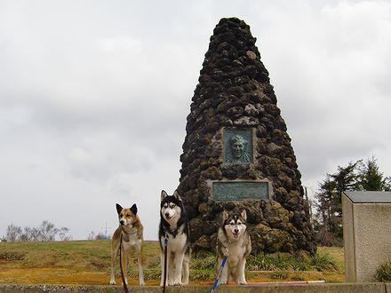 シュナイダー記念碑の前で