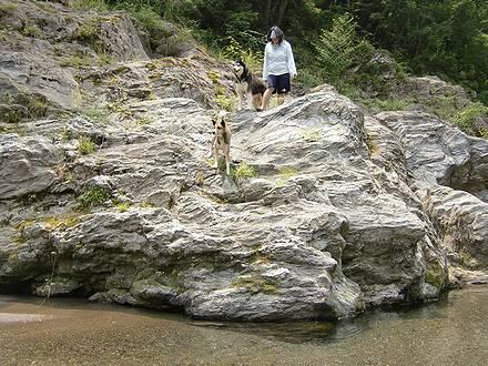 岩の上に立つ北斗とジョン