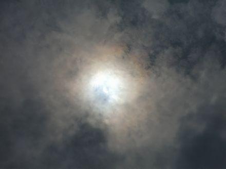 11時58分雲の隙間から日食が見え始める