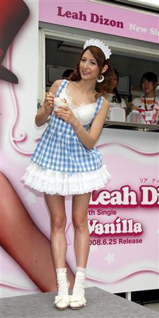 セクシーなアイスクリームショップの店員ルックで現れたリア・ディゾン
