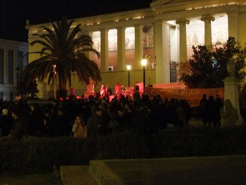 アテネ大学前で