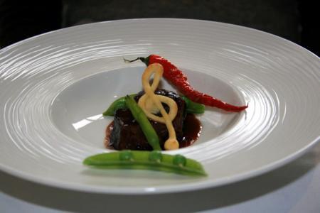 柔らかい牛ホホ肉のフランス産赤ワインの煮込み
