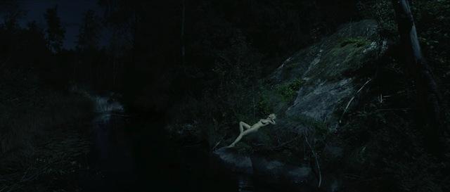 野外で全裸