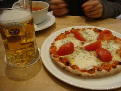 ビールとピザ:カロリー摂りすぎですね!