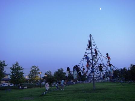 月と公園の子どもたち