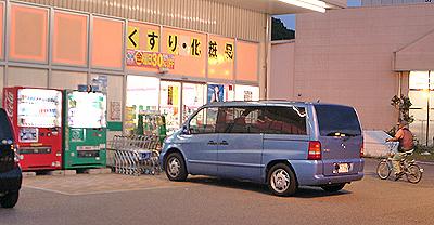 お店の入口前に駐車するベンツ