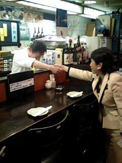 自主運営中の居酒屋「いの字」従業員を激励する福島党首