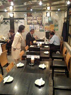 自主運営中の居酒屋「いの字」の来客に感謝する福島党首