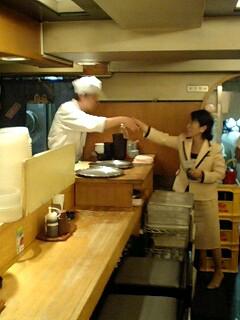 自主運営中のとんかつ屋「七兵衛」従業員を激励する福島党首