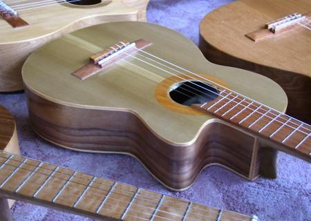 菊ギター第13号ボディー表斜置き屋内