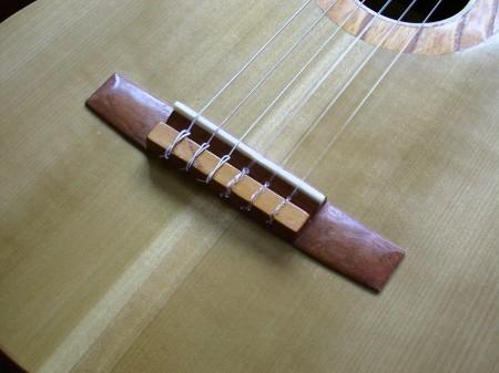 菊ギター第13号ブリッジ屋内