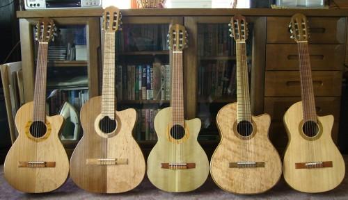 菊ギター集合5台全体表正面屋内