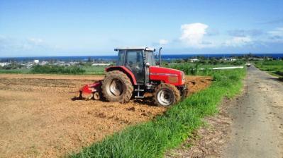 牧草畑のトラクター1