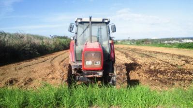 牧草畑のトラクター2