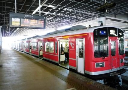 赤い塗装の小田急列車