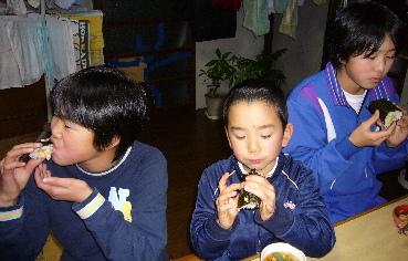 恵方巻を食べる