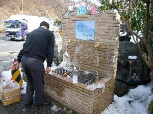 谷川岳の水を汲