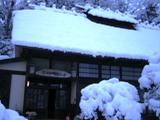 古民家と雪