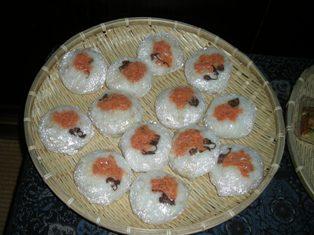 雑穀のおにぎり(鮭と桜の花)