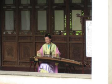 蘇州・留園で琴演奏