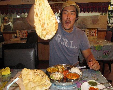 インド料理を喜ぶ水山