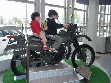 バイク二人乗り