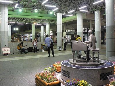 福島駅前では小関祐而像の前でコンサート
