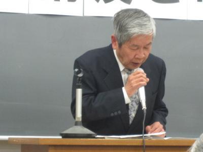 たくさんの資料をもとに講演する中須氏