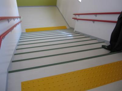 階段を下りる途中