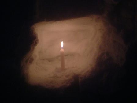 雪洞の中のローソク