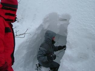 雪洞つくり開始