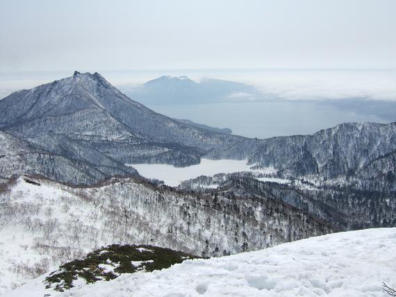 頂上から 恵庭岳とオコタンペ湖と支笏湖