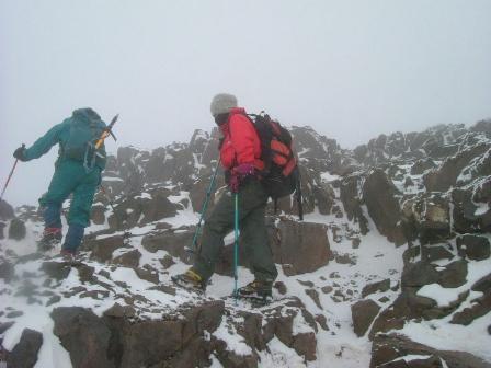 岩と雪の上を行きます。