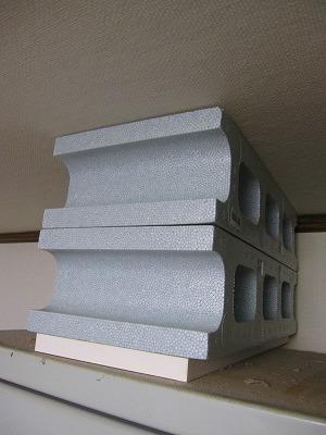 ブロック2段と板1枚を両面テープで固定し乗せた。