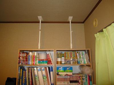 本棚はとりあえず1本ずつ耐震棒。