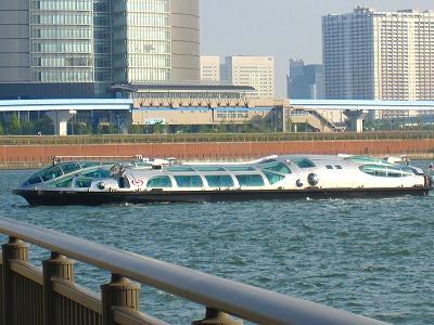 おお!UFOみたいな船だ!