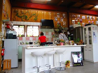 綺麗なオープンキッチンで丁寧に作ってます!
