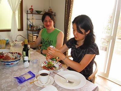 ランチ食べながら休憩中のアレックスさんと愛さん。