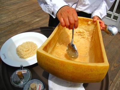 でっかいチーズの中で作ってます!