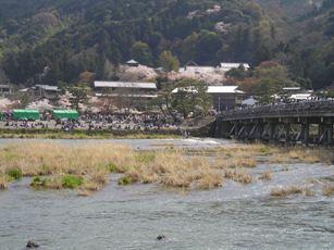嵐山の渡月橋の付近